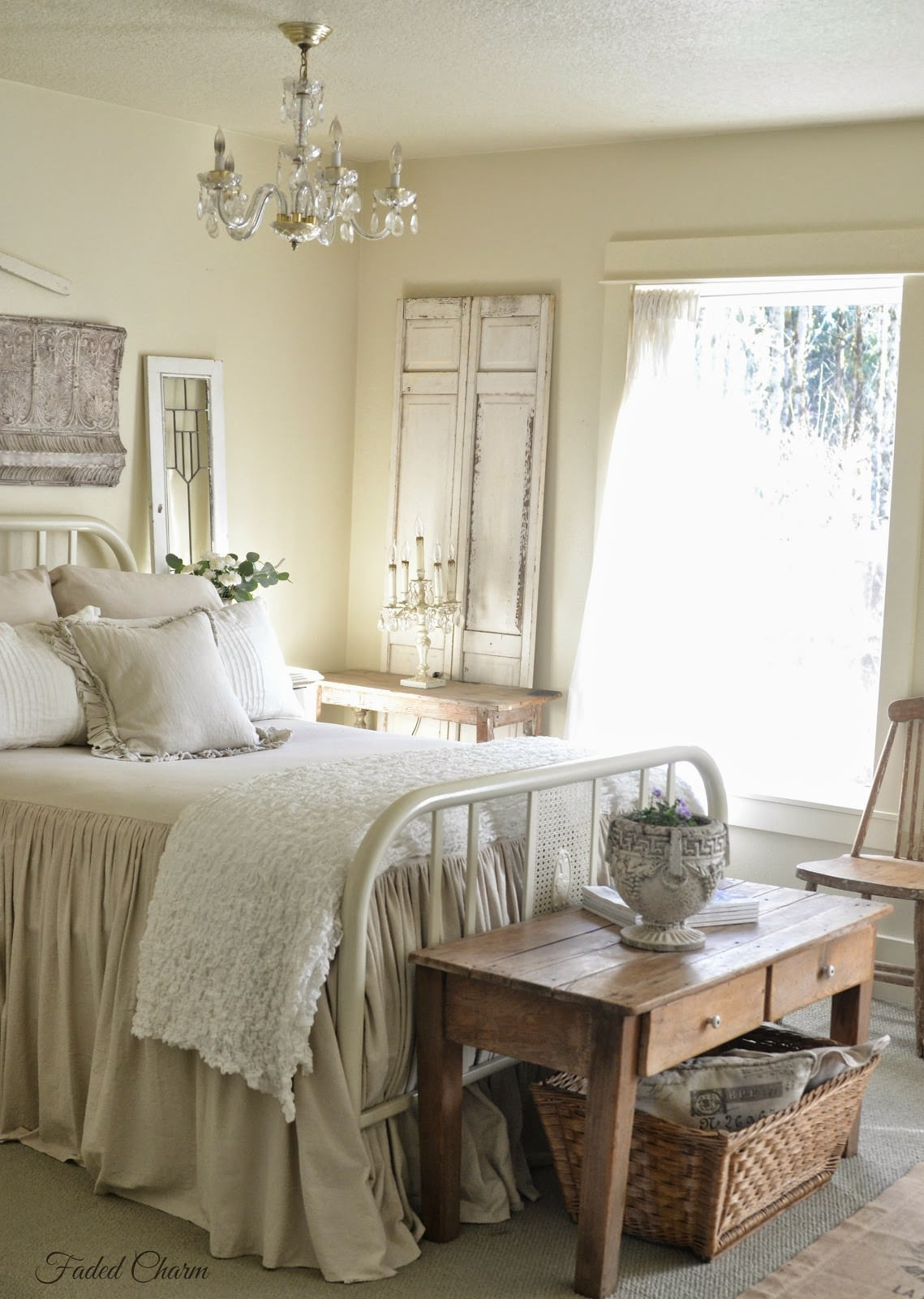 20 beautiful guest bedroom ideas my mommy style for Farmhouse guest bedroom