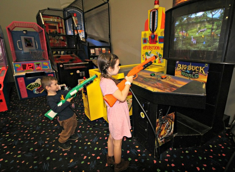classic-skating-birthday-party-arcade-games-play