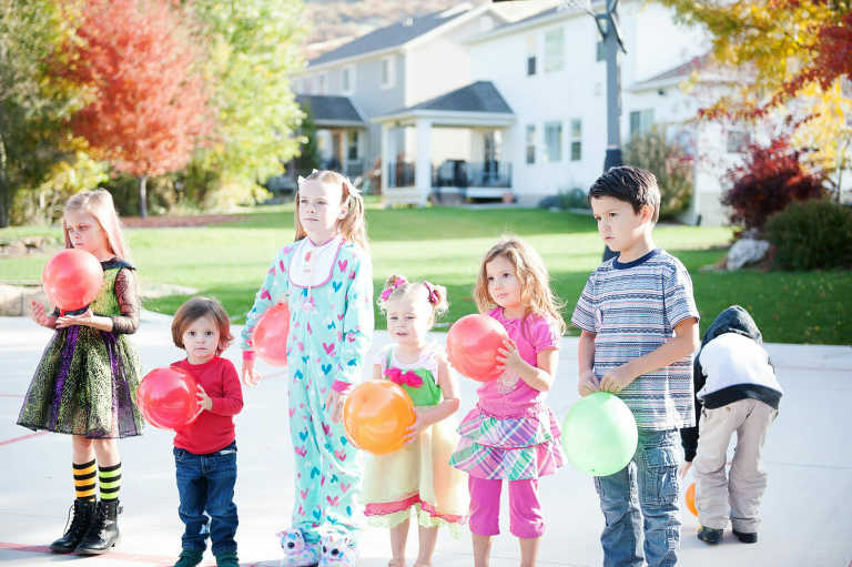 kids holding balloons
