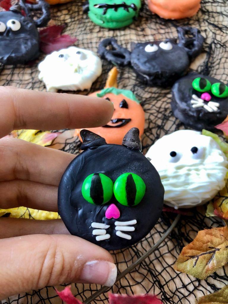 Black cat Halloween Oreos